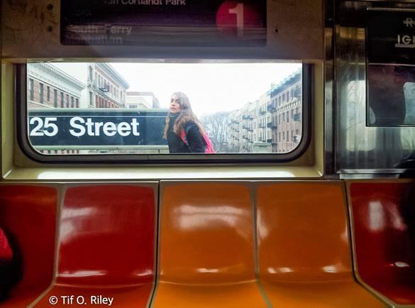 Foto di una stazione metropolitana sopraelevata con una donna sulla banchina