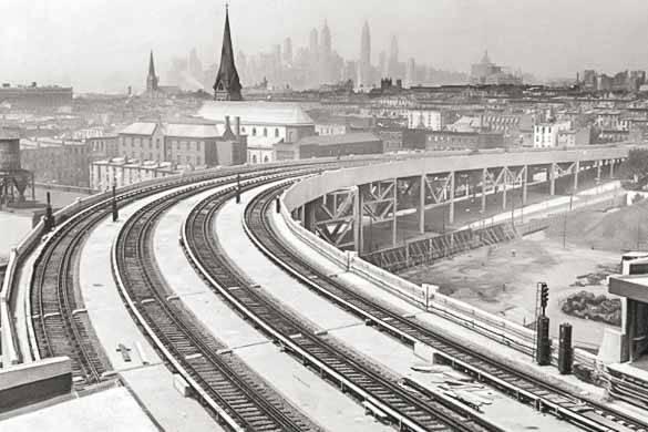 Foto delle metro sopraelevate nei pressi di Smith-Ninth Streets sullo sfondo dello skyline di New York