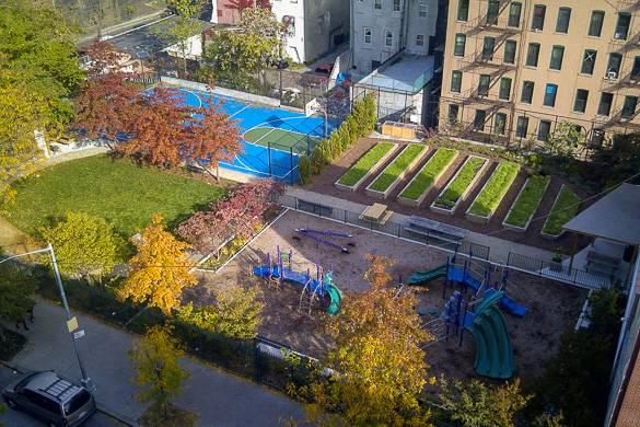 Foto dall'alto del giardino condiviso di 103rd Street