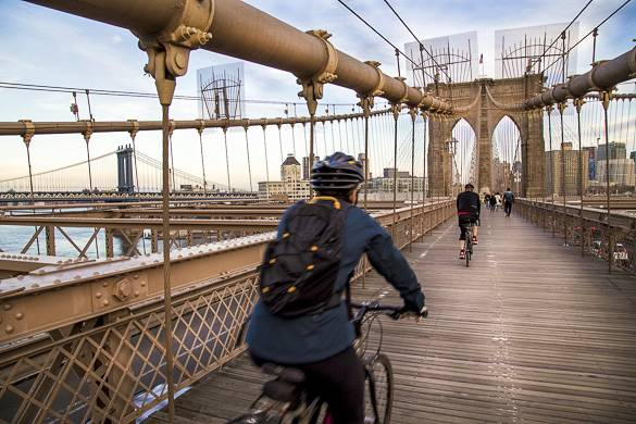 Foto di alcune persone che vanno in bici sul ponte di Brooklyn
