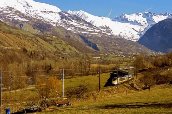 Foto di un treno che attraversa le montagne