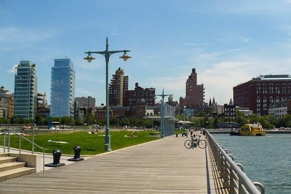 Immagine di alcuni palazzi newyorkesi da un pontile sull'Hudson River Park