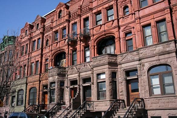Immagine di edifici tradizionali in stile brownstone ad Harlem, Manhattan
