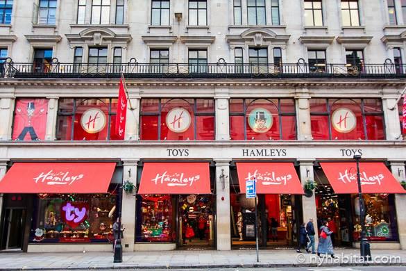 Immagine delle vitrine natalizie del negozio di giocattoli Hamleys