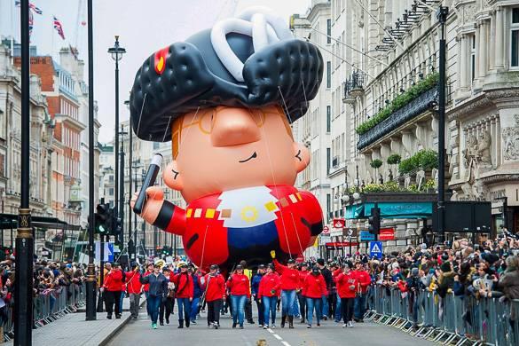 Immagine di un pallone gonfiabile gigante di un personaggio nella sfilata nelle strade di Londra