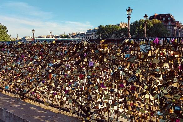 Foto di un ponte ricoperto di lucchetti a Parigi