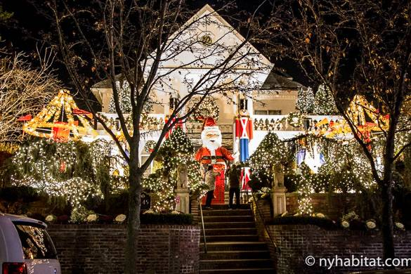 Foto di una casa illuminata dalle luci natalizia a Dyker Heights, Brooklyn