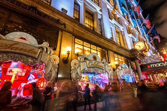Foto delle vetrine di Natale e delle decorazioni al Macy's di Herald Square