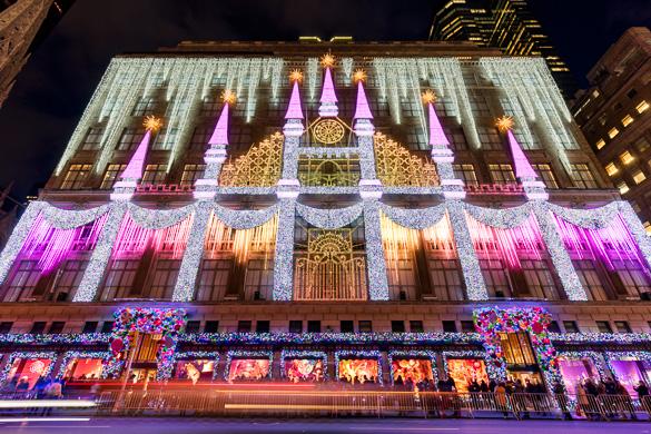 Immagini di vetrine a tema natalizio al negozio Saks di Fifth Avenue