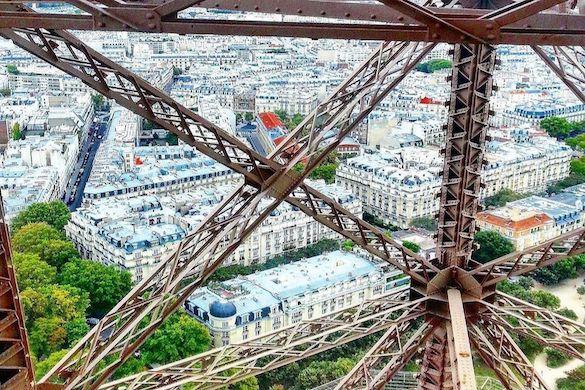 Immagine della vista dalla cima della Torre Eiffel verso gli edifici in stile Haussmann in basso
