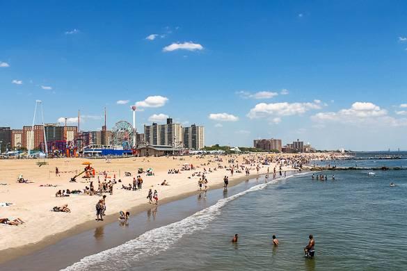 Foto del parco divertimento di Coney Island e la spiaggia
