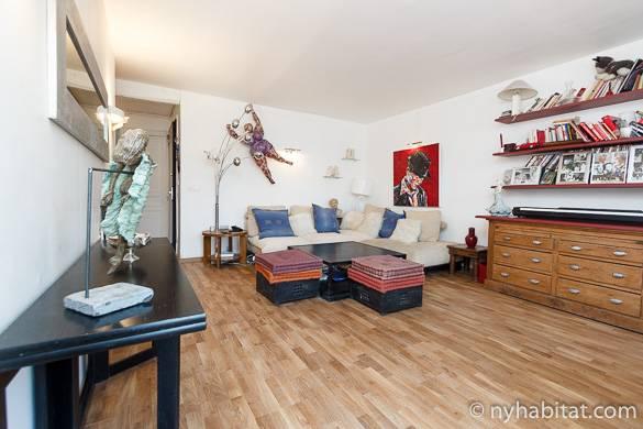 Immagine del soggiorno dell'appartamento PA-1985 con quadri e pavimenti in parquet a Pigalle
