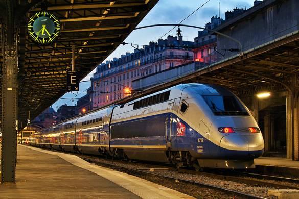 Immagine di un treno SNCF in una stazione ferroviaria di Parigi