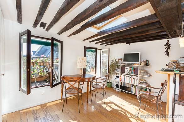 Immagine del soggiorno con travi in legno esposte PA-2590