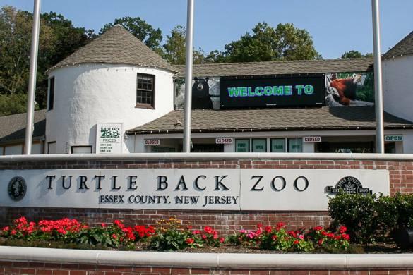Immagine di un cartello per il Turtle Back Zoo nel New Jersey