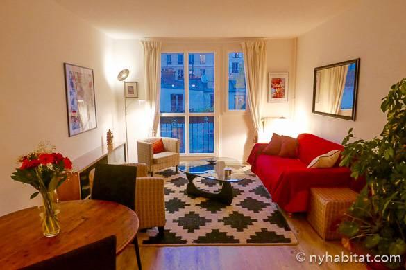 Immagine del soggiorno dell'appartamento PA-4697 con un balcone a Montmartre