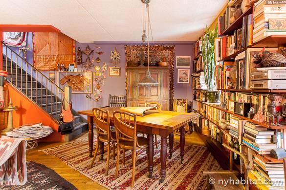 Immagine di un tavolo da pranzo situato all'interno del colorato appartamento ammobiliato NY-10893 nella zona di East Village
