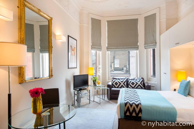 Immagine di un appartamento monolocale LN-882 a Chelsea con finestre a golfo e uno specchio dorato