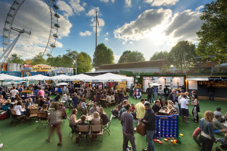 Immagine dell'Underbelly Festival con giostre e stand di cibo.