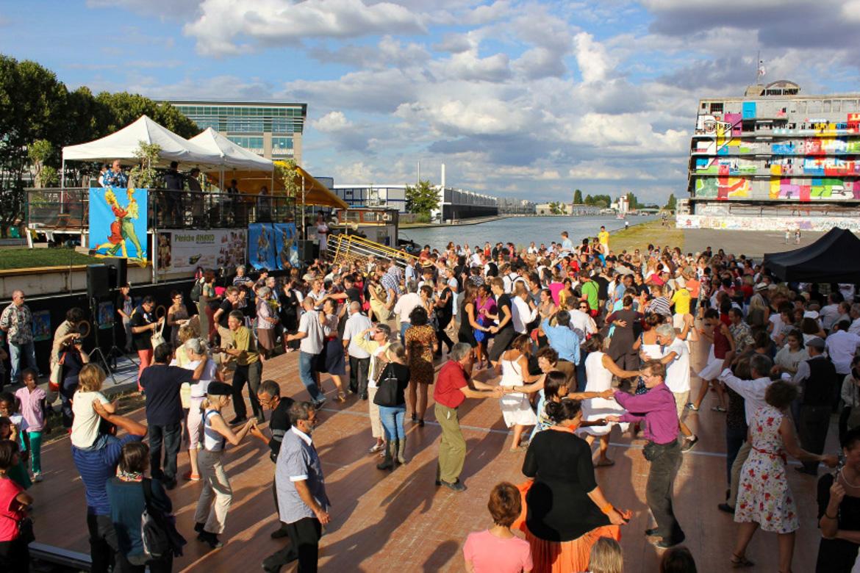 Immagine di persone che ballano lungo il Canal de l'Ourcq
