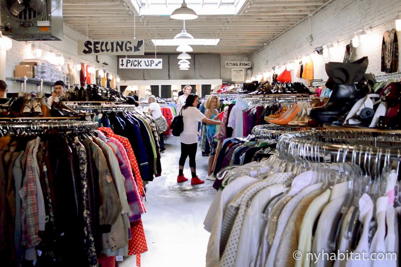Immagine di scaffali di vestiti vintage del negozio Beacon's Closet