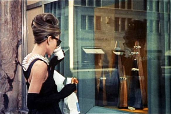 """Fermo immagine di Audrey Hepburn nei panni di Holly Golinghtly nella scena iniziale di """"Colazione da Tiffany"""""""