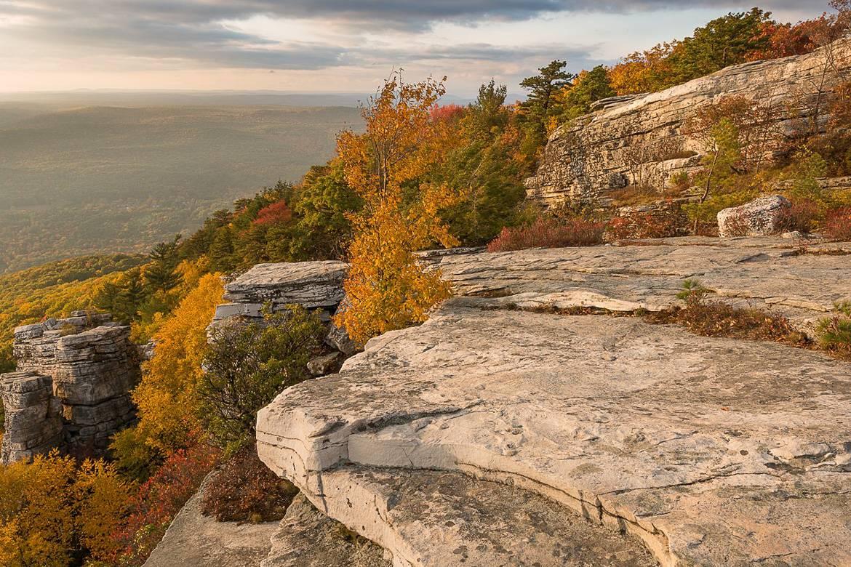 Immagine di una parete rocciosa nei monti Shawagunk in autunno.