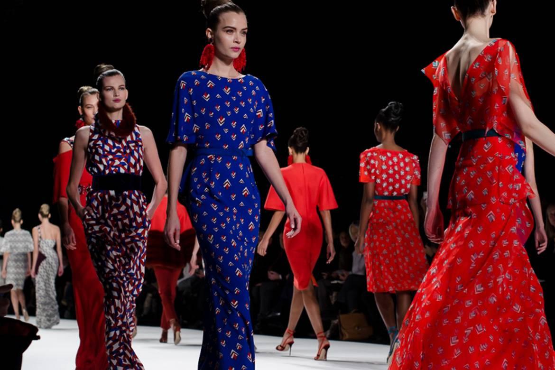 Immagine di modelle durante il finale di una sfilata alla Paris Fashion Week.