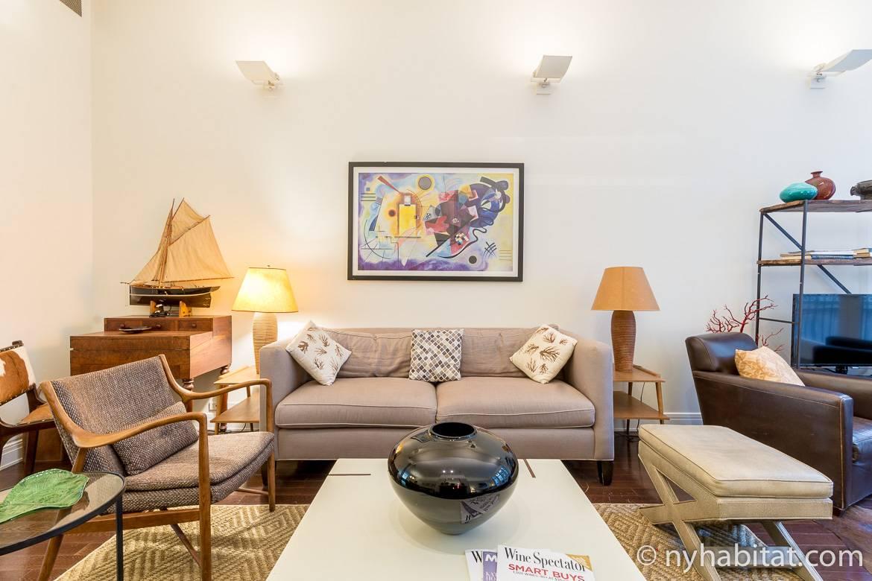 Immagine del soggiorno di NY-17637 con divano e decorazioni artistiche.