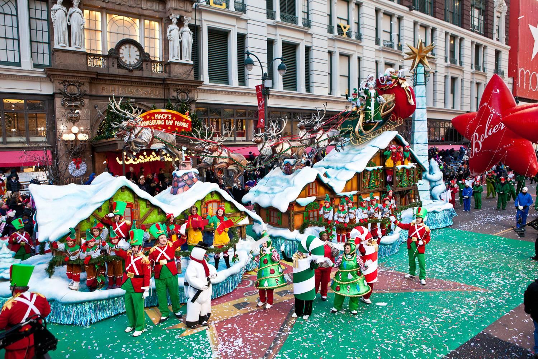 Immagine di Babbo Natale su un carro a tema natalizio durante la Parata del giorno del Ringraziamento di Macy's a Herald Square.