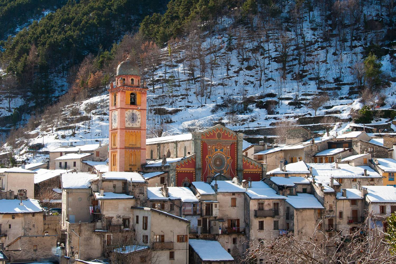 Immagine del villaggio di Tenda sulle Alpi francesi durante l'inverno.