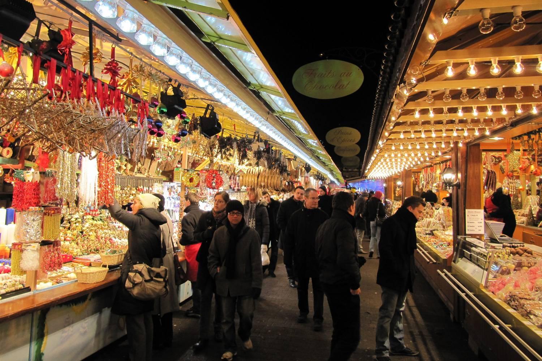 Immagine di persone che fanno compere in un mercatino natalizio a Marsiglia, Francia.