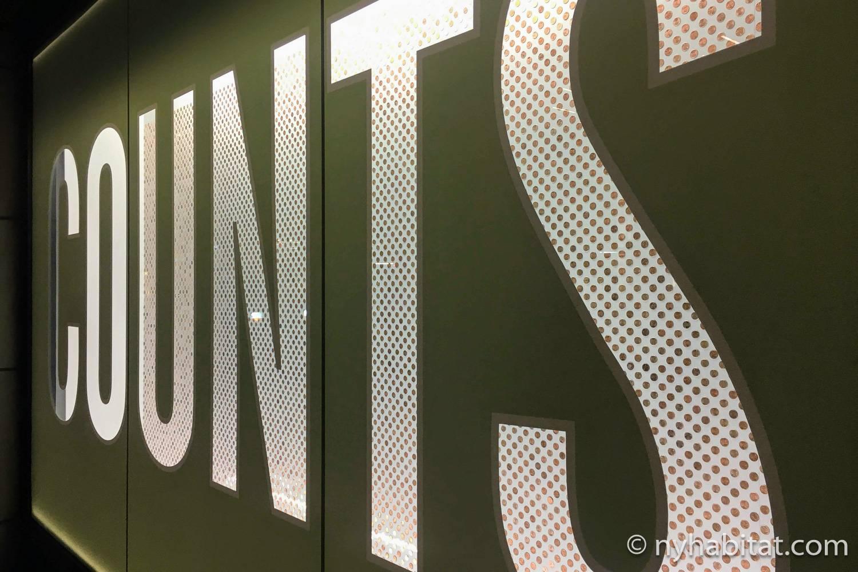 Immagine della vetrina di Barneys New York allestita con tantissimi penny per l'anno 2018.