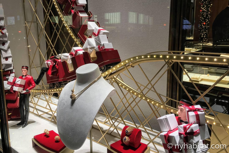 Immagine della vetrina di Cartier a tema trenini per l'anno 2018.