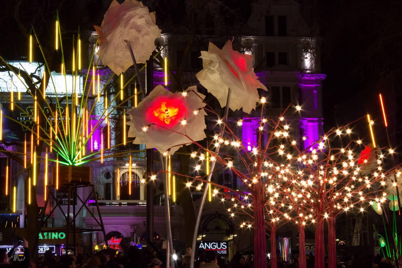 Immagine di installazioni di luci a forma di fiori e alberi durante il primo Lumiere London festival.