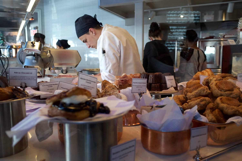 Immagine di un pasticcere che sta preparando prodotti da forno nella cucina di Dominique Ansel.