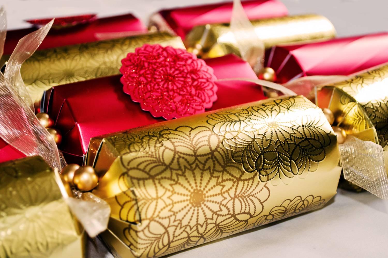 Immagine di un tipico Christmas cracker inglese rosso e dorato.