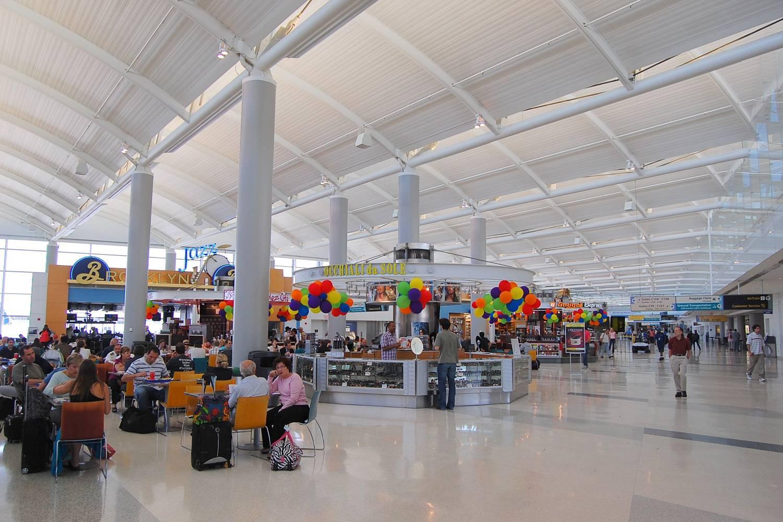 Immagine di persone sedute nell'area ristorazione in uno dei terminal di Newark Liberty International Airport
