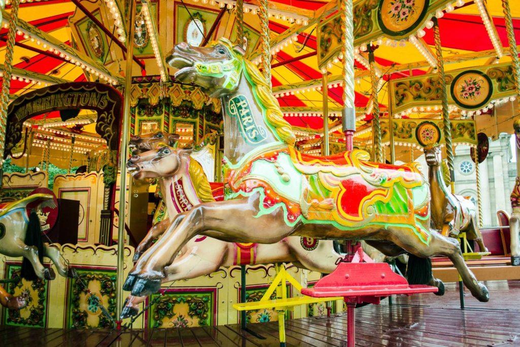 Immagine di una giostra di cavalli in un luna park.