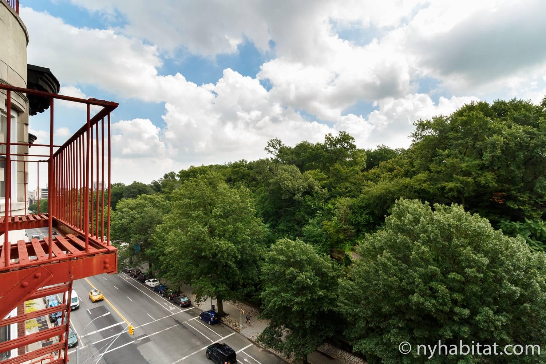 Immagine di una scala antincendio rossa fuori dall'appartamento NY-14853 con vista su Central Park.