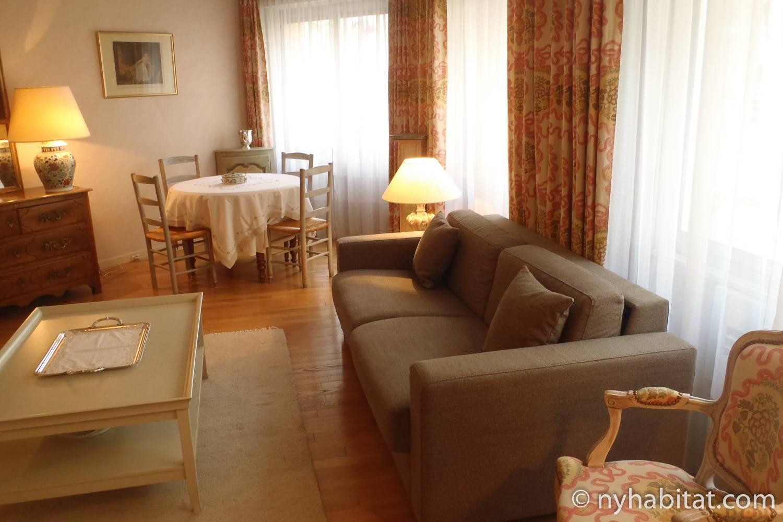 Immagine del soggiorno di PA-1656 con divano e tavolo da pranzo con sedie.