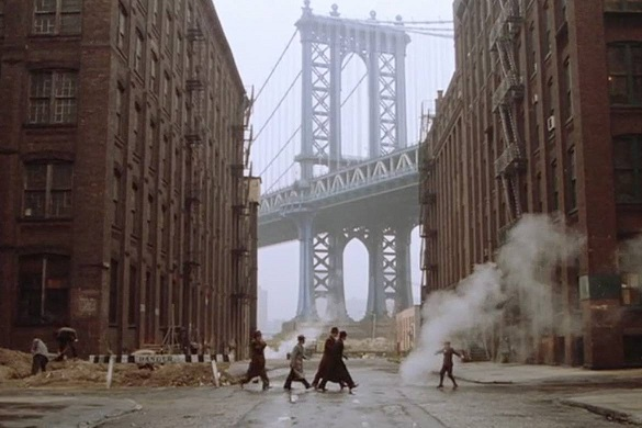 Fermo immagine tratto dal film del 1984 C'era una volta in America a DUMBO, Brooklyn, con vista sul ponte di Manhattan.