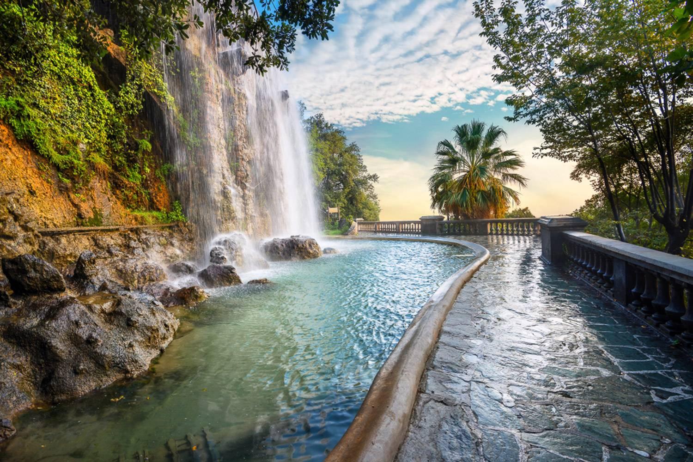 Immagine di una cascata accanto a un sentiero nel Parco del Castello a Nizza.