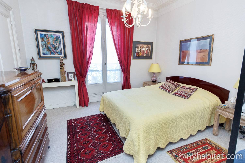Immagine della camera da letto di PA-2623 con letto queen size.