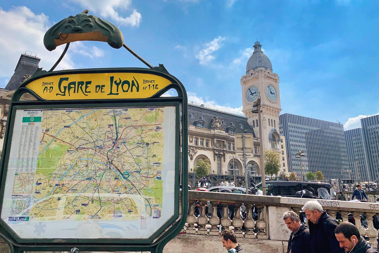 Immagine di una mappa del Métro di Parigi fuori da Gare de Lyon.