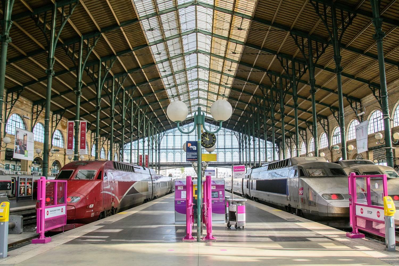 Immagine di una piattaforma ferroviaria nella stazione di Gare du Nord a Parigi.