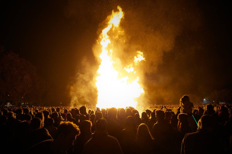 Una fotografia di un gruppo di persone radunate per guardare i fuochi d'artificio in commemorazione del 5 novembre.