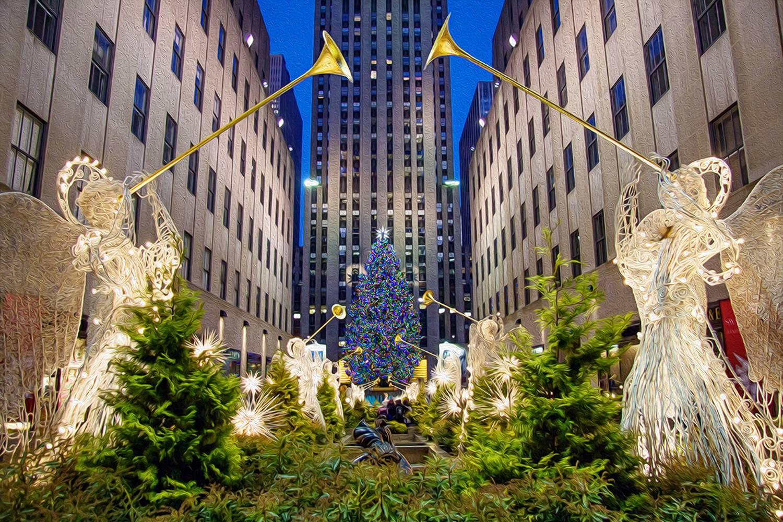 Immagine dell'albero di Natale di Rockefeller alla fine di una processione di angeli che suonano trombe