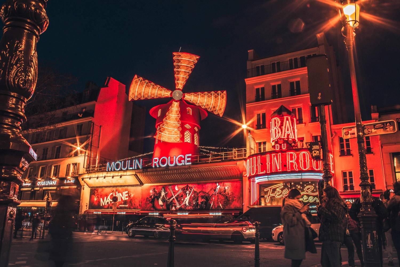 Immagine frontale del Moulin Rouge con un rivestimento rosso.