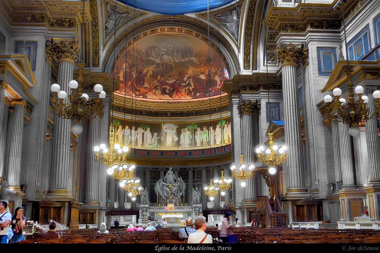 Immagine dell'interno della Chiesa di St. Eustache a Parigi illuminato da luci.